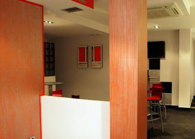 Columna con pequeñas rayas plata sobre fondo rojo.