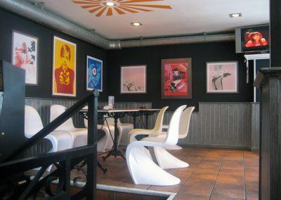 Café-bar con pátina metálica sobre fondo negro en friso de madera.