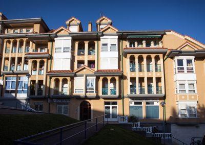 Rehabilitación de pintura en fachada, aleros, pasamanos de balcón y bajantes.