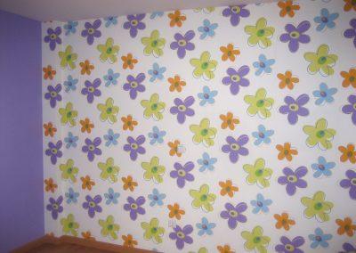 Habitación con papel de flores.