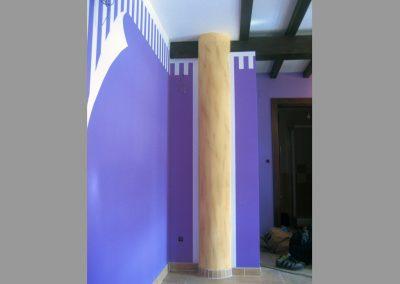 Columna de hormigón con imitación de piedra caliza.