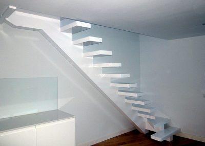 Escalera lacada en blanco.