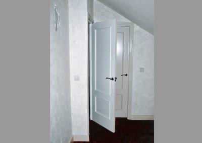 Puerta lacada a dos colores con paredes en tierras florentinas beige.