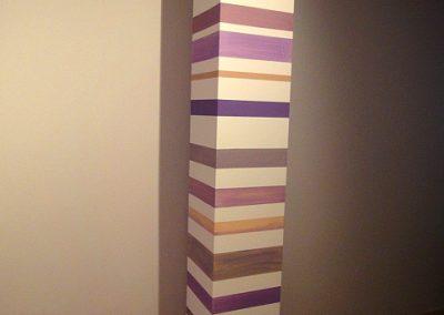 Columna con rayas horizontales.