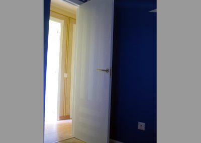 Puerta lacada con efecto de rayas en diferente brillo