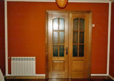 Salón en liso con columnas de estuco bordeado en blanco y color en el entrepaño de la carpintería.