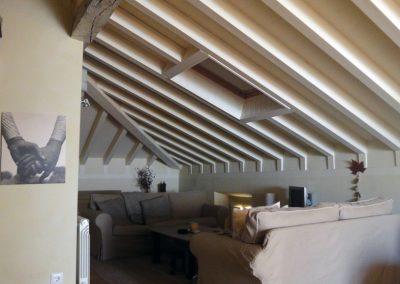 Salón con techos en blanco roto.