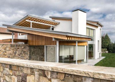Tratamiento de estructuras de hierro y madera, pintado de interiores con pintura base látex y montaje de fachada en sistema S.A.T.E. (Aislamiento térmico)